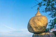 金黄岩石或Kyaiktiyo塔有蓝天背景, Myanma 免版税库存照片