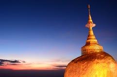 金黄岩石的细节在黄昏的 Kyaiktiyo塔 星期一状态 缅甸 免版税图库摄影
