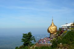 金黄岩石的风景看法 Kyaiktiyo塔 星期一状态 缅甸 免版税库存照片