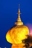 金黄岩石,缅甸。 库存照片