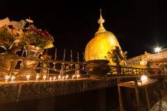 金黄岩石, Kyaiktiyo塔,缅甸的宗教站点 库存图片