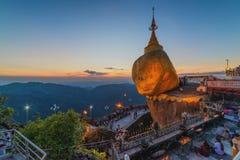 金黄岩石, Kyaiktiyo塔,缅甸的宗教站点 免版税库存照片