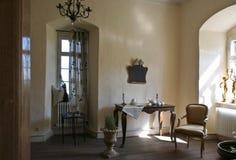 金黄巴洛克式的装饰的客厅 图库摄影