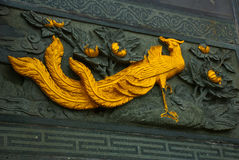 金黄带状装饰孔雀 图阿Pek孔中国人寺庙 民都鲁市,婆罗洲,沙捞越,马来西亚 库存照片