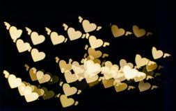 金黄心形的被弄脏的bokeh从lig线的  库存图片