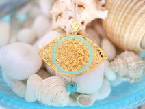 金黄拜占庭式的凶眼项链-希腊首饰广告 免版税库存图片