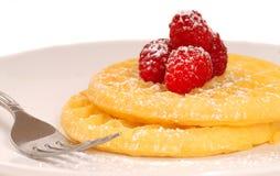 金黄搽粉的莓加糖奶蛋烘饼 库存图片