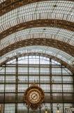 金黄时钟和天花板在Quai d `奥赛博物馆主要大厅在巴黎 免版税库存照片