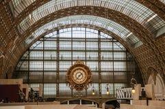 金黄时钟和天花板在Quai d `奥赛博物馆主要大厅在巴黎 库存图片