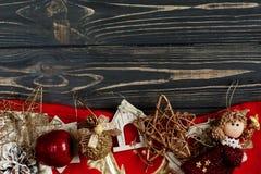 金黄时髦的玩具圣诞节框架  在黑色的装饰品边界 库存照片