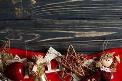 金黄时髦的玩具圣诞节框架  在黑色的装饰品边界 免版税库存图片