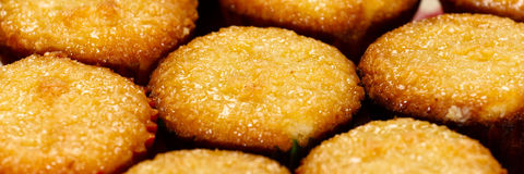 金黄横向蛋白杏仁饼干变薄 免版税库存图片