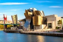 金黄毕尔巴鄂古根海姆美术馆在黄昏阳光下 免版税库存照片