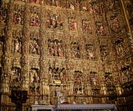 金黄法坛在大教堂里在市塞维利亚在Andaucia南西班牙 免版税库存照片