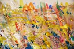 金黄淡色背景,蓝色弄脏了蜡状的抽象背景,水彩生动的背景,纹理 图库摄影