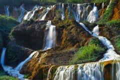 金黄瀑布-金瓜石,射击著名自然风景在瑞芳区,新北市,台湾 免版税库存图片