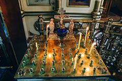 金黄烛台在教会,蜡烛的立场里在东正教内部 免版税库存图片