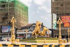 金黄狮子环形交通枢纽,西哈努克柬埔寨的西边 库存图片