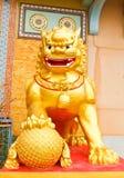 金黄狮子雕象。 (公共场所) 图库摄影