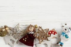 金黄玩具圣诞节框架  在白色土气的装饰品边界 免版税图库摄影