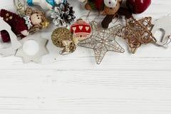 金黄玩具圣诞节框架  在白色土气的装饰品边界 库存照片