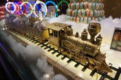 金黄玩具火车引擎和火车 图库摄影