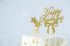 金黄生日概念-蛋糕,礼物,装饰 库存图片