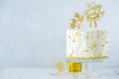 金黄生日概念-蛋糕,礼物,装饰 免版税库存图片