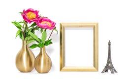 金黄画框桃红色开花装饰埃佛尔铁塔巴黎 免版税库存图片