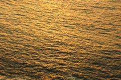 金黄的水的表面 免版税图库摄影