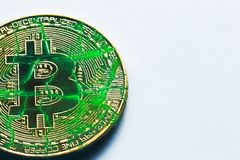金黄破裂的bitcoin在白色背景中 免版税图库摄影
