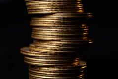 金黄硬币堆特写镜头在黑背景的 免版税库存照片