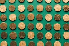 金黄硬币, st patricks的样式顶视图在绿色的 免版税库存图片
