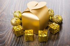 金黄礼物盒、圣诞节球和小纸板箱 免版税图库摄影