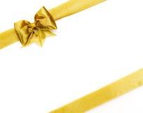 金黄缎礼品弓。 丝带 免版税图库摄影