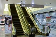 金黄自动扶梯 图库摄影