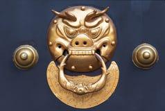 金黄色的中国通道门环 库存图片