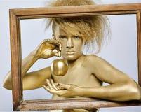 金黄苹果的女孩 库存照片
