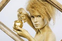 金黄苹果的女孩 免版税库存图片