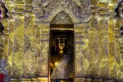 金黄菩萨图象在有泰国艺术细节的金黄塔在佛教寺庙的在泰国 免版税库存照片