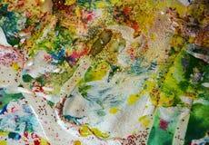 金黄蓝绿色闪耀的蜡状的斑点,对比塑造在淡色颜色的背景 免版税库存图片