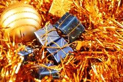 金黄蓝色圣诞节的装饰 免版税库存图片