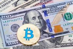 金黄蓝色bitcoin,宏观射击特写镜头  免版税库存照片