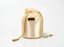 金黄袋子的礼品 免版税库存图片