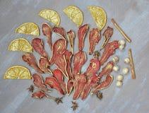 金黄被治疗的梨和桔子与坚果和桂香 免版税库存图片