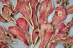 金黄被治疗的梨和桔子与坚果和桂香 免版税库存照片