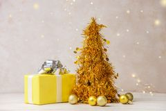 金黄装饰圣诞树 图库摄影