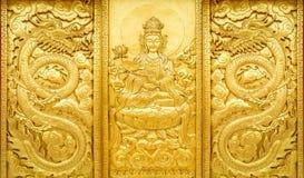 金黄观世音菩萨和龙工艺  库存图片