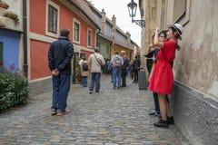 金黄车道的,布拉格城堡游人 库存图片