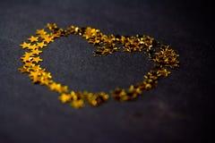 金黄重点由星形制成在黑色 库存图片